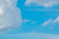 Bewölkter Hintergrund des blauen Himmels Lizenzfreies Stockfoto