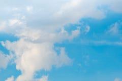 Bewölkter Hintergrund des blauen Himmels Stockfotos