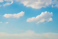 Bewölkter Hintergrund des blauen Himmels Stockbilder