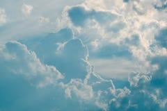 Bewölkter Hintergrund des blauen Himmels Stockbild