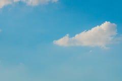Bewölkter Hintergrund des blauen Himmels Lizenzfreie Stockbilder