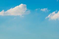 Bewölkter Hintergrund des blauen Himmels stockfotografie