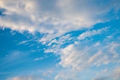 Bewölkter Hintergrund und Licht des blauen Himmels stockfotos