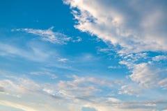 Bewölkter Hintergrund und Licht des blauen Himmels stockbild