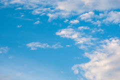 Bewölkter Hintergrund und Licht des blauen Himmels lizenzfreie stockfotografie