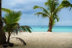 Bewölkter Insel-Strand 2 lizenzfreies stockbild