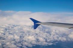 bewölkter Minimalist des blauen Himmels der blauen Flosse des Flugzeugflügels stockfoto