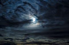 Bewölkter Mond des nächtlichen Himmels Stockfotografie