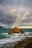 Bewölkter Morgen auf der felsigen Küste von Pena Furada lizenzfreie stockfotos