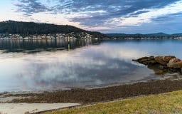 Bewölkter Rücksonnenaufgang Waterscape über der Bucht stockbilder