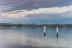 Bewölkter Rücksonnenaufgang Waterscape über der Bucht lizenzfreies stockbild