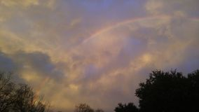Bewölkter Regenbogen Stockbild