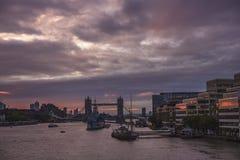Bewölkter Sonnenaufgang über der Turm-Brücke, London Lizenzfreies Stockfoto