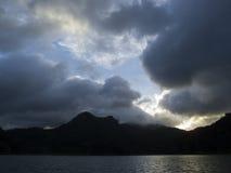 Bewölkter Sonnenuntergang über Gebirgssee Großartige stürmische Wolken unter Sonnenlicht Stockbilder