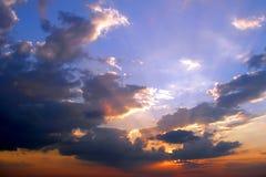 Bewölkter Sonnenuntergang Stockfotos
