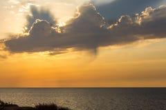 Bewölkter Sonnenuntergang in Ashkelon-Strand, Israel Stockfotos
