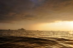 Bewölkter Sonnenuntergang auf AO Nang Stockfotos