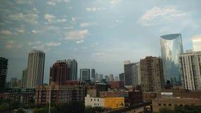 Bewölkter Sonnenuntergang in Chicago, USA Zeitspanne mit Marksteinansicht stock video