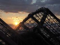 Bewölkter Sonnenuntergang mit Hummerfallen im Schattenbild stockfotos