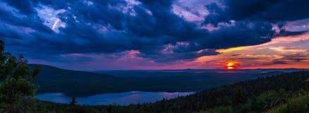 Bewölkter Sonnenuntergang am Nationalpark des Acadia Stockfoto