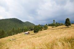 Bewölkter stürmischer Himmel über Berg Stockfotos