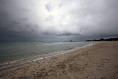 Bewölkter Strand lizenzfreies stockbild