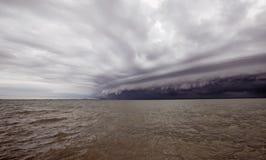 Bewölkter Sturm im Meer vor dem Regen Tornadosturmwolke über dem Meer Monsunzeit Hurrikan Florenz Hurrikan Katrina lizenzfreie stockbilder