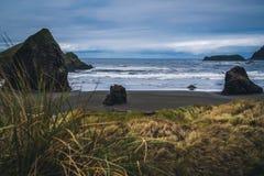 Bewölkter Tag auf der Küste Stockfotos