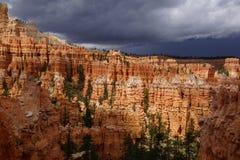 Bewölkter Tag in bryce Schlucht Utah lizenzfreie stockbilder