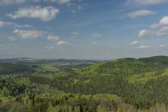 Bewölkter Tag des Frühlinges mit blauem Himmel von Tolstejn-Schloss Stockfoto