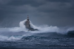 bewölkter Tag Drastischer Himmel und enorme Wellen am Leuchtturm, Ahtopol, Bulgarien Lizenzfreies Stockbild