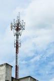 Bewölkter Tag und der Telekommunikationspfosten Stockbild