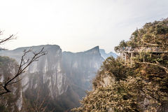 Bewölkter Tian Men Mountains in Zhangjiajie mit rotem betendem Gewebe Stockbild