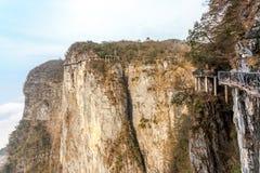 Bewölkter Tian Men Mountains in Zhangjiajie mit rotem betendem Gewebe Lizenzfreie Stockfotos