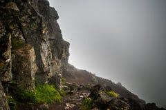 Bewölkter Wanderweg auf die Oberseite des Bergs Esja, Island stockfotos