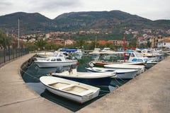 Bewölkter Wintertag in Tivat-Stadt, Montenegro Ansicht von Marina Kalimanj stockfotografie