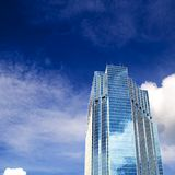Bewölkter Wolkenkratzer Lizenzfreie Stockbilder