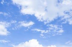 Bewölkter Zusammenfassungshintergrund des blauen Himmels Lizenzfreie Stockfotos