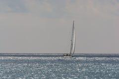 Bewölktes Mittelmeer für das Segeln Stockbild