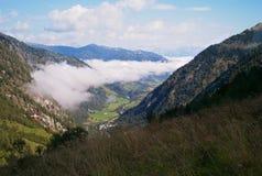 Bewölkung in einem alpinen Tal stockfotografie