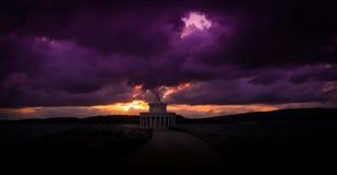 Bew?lkter Sonnenuntergang am Leuchtturm stockfotografie