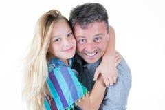 Bewaffnet blonde Tochterumarmung der netten Schönheit im Vater Lizenzfreie Stockfotos