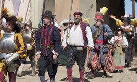 Bewaffnete Männer in renaissaince Kleidung Stockbild