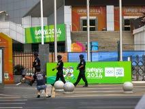 Bewaffnete Offiziere patrouillieren die Jugend-Olympischen Spiele Lizenzfreies Stockfoto