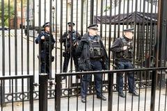 Bewaffnete Polizei außerhalb 10 Downing Street London Stockbild