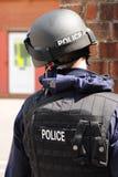 Bewaffnete Polizei FLIEGENKLATSCHE in der Aktion Stockbild