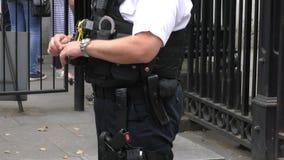 Bewaffnete Polizei in Großbritannien stock footage