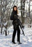 Bewaffnete schöne junge Dame lizenzfreies stockfoto