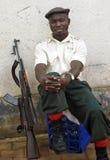 Bewaffnete Sicherheitsbeamtesoldatstadt u. Gewehr, Afrika Stockfotografie