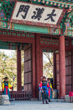 Bewaffnete Soldaten im Zeitraumkostüm schützen am Tor von Deoksugung PA Lizenzfreies Stockbild